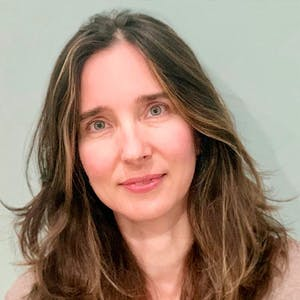 Fotografía de mujer de ojos verdes, fondo color verde